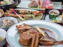 *【旬魚の煮付け(鶴コース)】季節の旬の魚を秘伝のタレでじっくり煮込んだ、至福の一皿です。