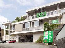 「JR城崎温泉駅」から徒歩1分の好立地。「農協」と「お宿案内処」の間を入る。