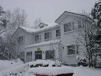 【冬】雪に埋もれた外観