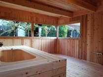 中庭を望む檜香る展望貸切露天風呂