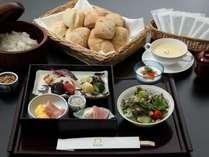 朝食は個別出しの定食をご用意いたします。(白米・パン・スープは取り放題)