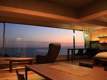 大きな窓一面に広がる海と空。特別室〈海空~みそら~〉からの夕景