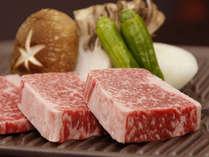分厚く切った飛騨牛…陶板焼きでお召し上がり頂きます。