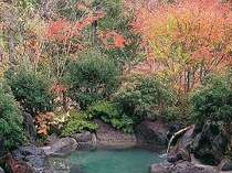露天風呂付2間タイプの露天風呂一例(秋の紅葉)