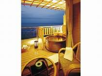 海一望で陶器製の10畳露天風呂付き客室(一例)。お風呂に入りながら日の出が見られる。当館人気NO1!