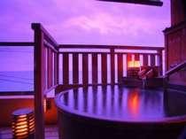 海一望で陶器製の10畳露天風呂付き客室。お風呂に入りながら日の出が見られる。当館人気NO1!