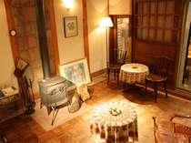 【ラウンジ】暖炉と主こだわりのアンティーク家具が良い雰囲気を出しています。