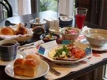 【朝食】野菜をたくさん使った食事。手作りジュースも人気です。