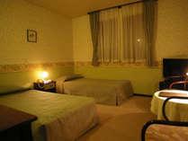 【ツインルーム】ユニットバス完備の客室です。