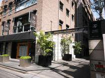 不動産会社 東邦ハウジングの裏にホテルの入り口があります