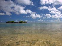 *星砂の浜。透明度が高いので、起伏のある海底を見ることもできます。