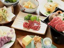 馬刺しや信州牛、また野沢の郷土料理を取り入れた料理を