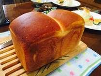朝食の焼きたてパン