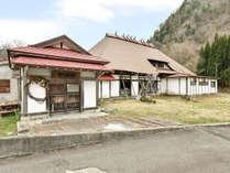 *【別邸・東兵衛屋敷】隣接の大きな茅葺屋根が特徴の古民家が別邸です。