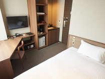 【エコノミーシングル 11.00㎡】ベッド幅120cm。広いワーキングデスク完備。