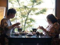 会席を食べる夫婦