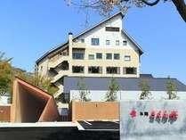 越後湯沢の四季に溶け込む「さくら亭」外観と特徴あるエントランス