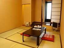 和室のお部屋には客室内温泉の内風呂が全室完備。奥のドアは浴室で御座います。