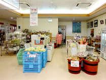 玄関を入ってすぐの所には、お土産・地元の野菜やお米等販売しております★