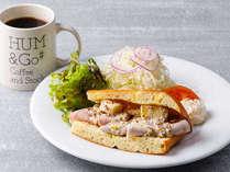 朝食:自家製ハムとカマンベールチーズのフォカッチャサンド