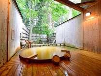 *【露天風呂/大樹の湯】総檜のぬくもりと源泉掛け流しのお湯を楽しむ贅沢なひととき。