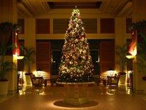 開放感溢れるロビーで皆様をお迎えするクリスマスツリー