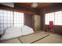 一階の和室(寝室)。芸子さんが使われていた鏡台を使うこともできます。