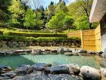 新緑頃の露天風呂