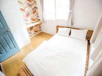 2階個室ダブルルーム7才以下のお子様は添い寝にて1名無料です。カップルやご夫婦に最適です。