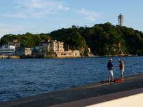 江ノ島と釣り人