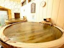当館自慢の酒樽風呂は大正十二年に作られた酒樽で非常に珍しいものです。大正浪漫に浸ってくださいませ。