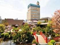 東館創世苑(お庭)よりのホテルの外観