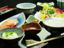 *幸せ♪朝ごはん。炊きたてごはんにぴったりの様々なお惣菜が並びます。*