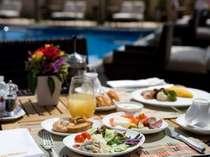 プールサイドテラスでも清々しい朝の空気を吸いながらホテル自慢の朝食を♪