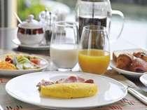 朝食はセミビュッフェスタイル。メインフ°レートの卵料理はお好みの調理法をお伺いします。