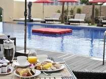 プールサイドのテラスでご朝食はいかがですか?