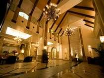 高い天井とお洒落なシャンデリアが魅力的なロビー。最高級のおもてなしでお出迎え致します。