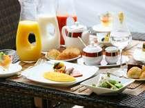 テラスで優雅な朝食を