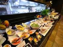 【朝食ビュッフェ】ビュッフェ台に並ぶ新鮮な沖縄素材を使用したお料理をご堪能下さい。