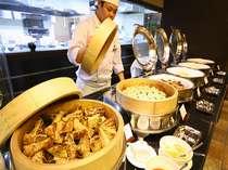 多彩なメニューが並ぶ朝食ビュッフェ