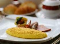 朝食は、セミオーダーのバイキング。卵料理は出来立てをお席までお持ち致します。