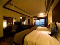ハイフロアのお部屋は、開放感のある空間に、一面の窓ガラスの先には東シナ海を。