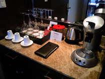 全てのお部屋にコーヒーメーカーとミニバーをご用意。お好きな時間に挽立てのコーヒーをお楽しみください。