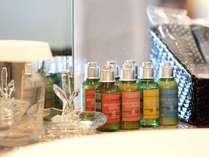 お部屋のアメニティにはロクシタンを使用。心地良い香りでより寛げるご滞在を。