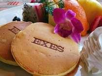 [朝食パンケーキ]フル-ツや生クリ-ム,メ-プルシロップはもちろんのこと、ウインナーやベーコンとも相性抜群