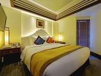 ツインベッドとダブルベッドの2ベッドルーム(ベッド計3台)のコーナースイート