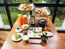 朝からお腹いっぱいの 和朝食♪パン・サラダ・カレー等はバイキングで用意しております。