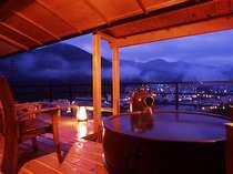 天空温泉にふさわしい眺めの露天風呂付き客室は開放感抜群。
