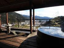 露天風呂付客室2402号室。展望テラスに陶器の浴槽が付き、絶景を眺めながら露天風呂を堪能できる。