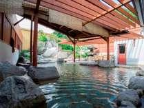 開放感溢れる露天風呂で美人の湯を堪能。